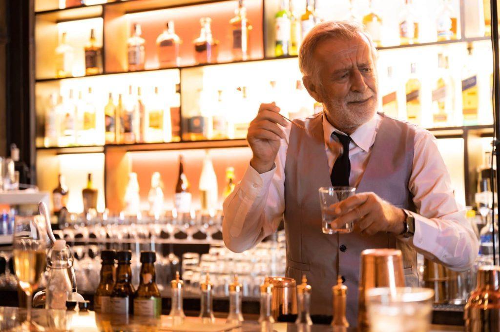 Bartender professionista che prepara un cocktail